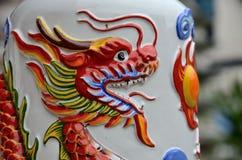 O dragão chinês respira o fogo na arte cerâmica no templo Hat Yai Tailândia imagens de stock royalty free
