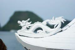 O dragão de madeira decora um navio na baía de Halong Imagem de Stock