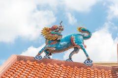 O dragão dourado de China, templo chinês em Tailândia Foto de Stock