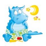 O dragão pequeno com lua e estrelas lê um livro Imagem de Stock