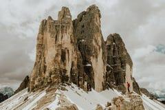 O Drei Zinnen três picos nas dolomites Imagens de Stock