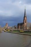 O Dreikönigskirche em Francoforte - am - cano principal Imagem de Stock Royalty Free