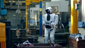 O droid biônico está operando uma tabuleta em uma unidade da fábrica filme
