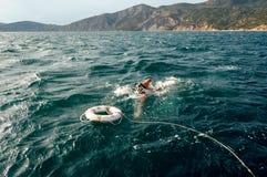 O drowner e o boia salva-vidas Fotografia de Stock Royalty Free