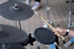 O drummer& x27; mão de s fotografia de stock