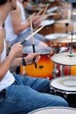 O drummer& x27; mãos de s fotografia de stock