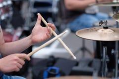 O drummer& x27; mãos de s imagem de stock