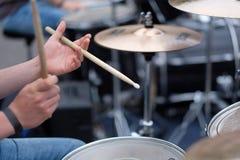 O drummer& x27; mãos de s fotografia de stock royalty free