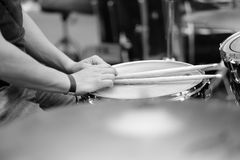 O drummer& x27; mãos de s com hashis imagem de stock
