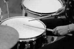 O drummer& x27; mãos de s com hashis foto de stock