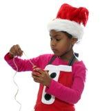 O duende do Natal amarra o ornamento Fotos de Stock Royalty Free
