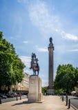 O duque da coluna de York com a estátua do rei Edward VII a cavalo em Pall Mall, Londres, Reino Unido imagem de stock