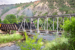 O Durango & o trem de estrada de ferro do calibre estreito de Silverton que cruza uma ponte do metal Fotografia de Stock Royalty Free