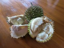 O durian inteiro Espinhas duras e afiadas imagens de stock