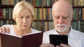 O eBook superior da leitura dos pares e a cópia física registram em casa Conceito do papel contra a leitura digital filme