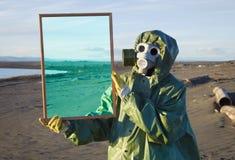O ecólogo mostra o deserto através da estrutura mágica fotografia de stock