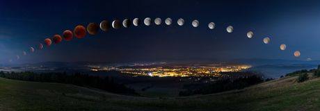 O eclipse lunar com a lua ensanguentado de seu moonrise lavra o moonset Fotografia de Stock