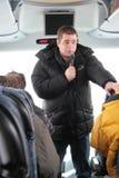 O ecologista de Greenpeace Alexei Yaroshenko diz journalistas sobre como importante a floresta de Khimki Imagens de Stock