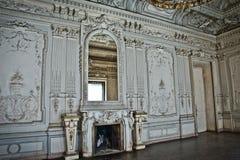 O edifício antigo O interior do salão branco com estuque Imagem de Stock