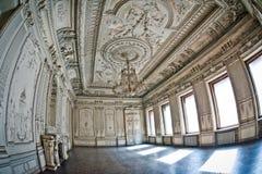 O edifício antigo O interior do salão branco com estuque Fotografia de Stock Royalty Free