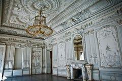 O edifício antigo O interior do salão branco com estuque Foto de Stock Royalty Free