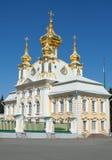 O edifício de igreja no palácio de Peterhof Fotos de Stock