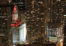 O edifício de Wrigley lavou em luzes vermelhas na noite Foto de Stock Royalty Free