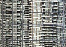 O edifício elevado da ascensão refletiu no indicador de vidro ondulado Imagens de Stock