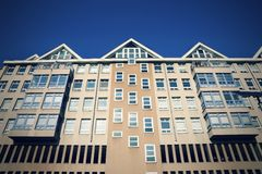 O edifício residencial fotografou da parte inferior Fotografia de Stock