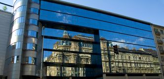 O edifício velho reflete em 2 novos fotos de stock