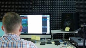 O editor audio está trabalhando na trilha audio no som do estúdio filme