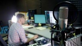 O editor audio está trabalhando na trilha audio no som do estúdio video estoque