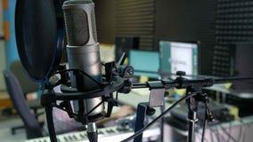 O editor audio está trabalhando na trilha audio no som do estúdio foto de stock