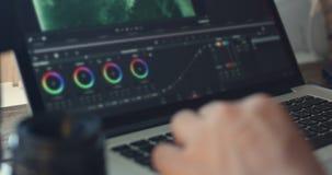 O editor video trabalha com metragem vídeos de arquivo