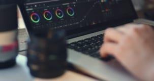 O editor video trabalha com metragem filme
