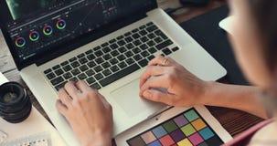 O editor video trabalha com metragem video estoque