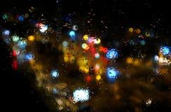 O efeito colorido, abstrato do estilo da bolha do borrão do bokeh de uma cidade ilumina-se e tráfego na noite Fotos de Stock Royalty Free