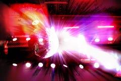 O efeito da luz da reflexão da bola do espelho em um clube noturno fez o brilhante colorido fotografia de stock