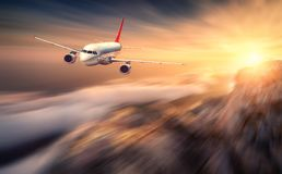 O efeito moderno do borrão de movimento do mith do avião está voando sobre a baixa nuvem imagem de stock