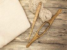 O eixo de madeira velho do mocap dois excelentes com uma bola das lãs rosqueia para a fabricação de linhas de lã em um fundo de m Fotografia de Stock Royalty Free