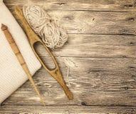 O eixo de madeira velho do mocap dois excelentes com uma bola das lãs rosqueia para a fabricação de linhas de lã em um fundo de m Imagens de Stock Royalty Free