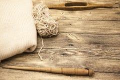 O eixo de madeira velho do mocap dois excelentes com uma bola das lãs rosqueia para a fabricação de linhas de lã em um fundo de m Imagem de Stock