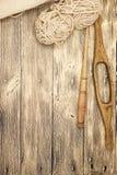 O eixo de madeira velho do mocap dois excelentes com uma bola das lãs rosqueia para a fabricação de linhas de lã em um fundo de m Fotos de Stock Royalty Free