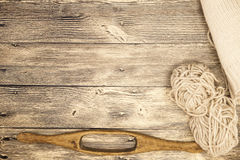 O eixo de madeira velho do mocap dois excelentes com uma bola das lãs rosqueia para a fabricação de linhas de lã em um fundo de m Fotografia de Stock