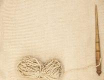 O eixo de madeira velho do mocap excelente com uma bola das lãs rosqueia para a fabricação de linhas de lã em um fundo de madeira Fotos de Stock
