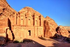 O EL Dayr do monastério em Petra Ancient City em um Sun dourado Fotos de Stock