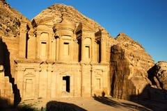 O EL Dayr do monastério em Petra Ancient City em um Sun dourado Imagens de Stock Royalty Free