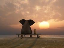 O elefante e o cão sentam-se em uma praia Imagens de Stock Royalty Free