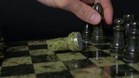 O elefante preto na xadrez derrota o cavalo branco Detalhe de parte de xadrez no fundo preto Jogo de xadrez Opinião do close up Fotos de Stock