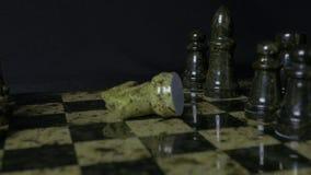 O elefante preto na xadrez derrota o cavalo branco Detalhe de parte de xadrez no fundo preto Jogo de xadrez Opinião do close up Fotografia de Stock
